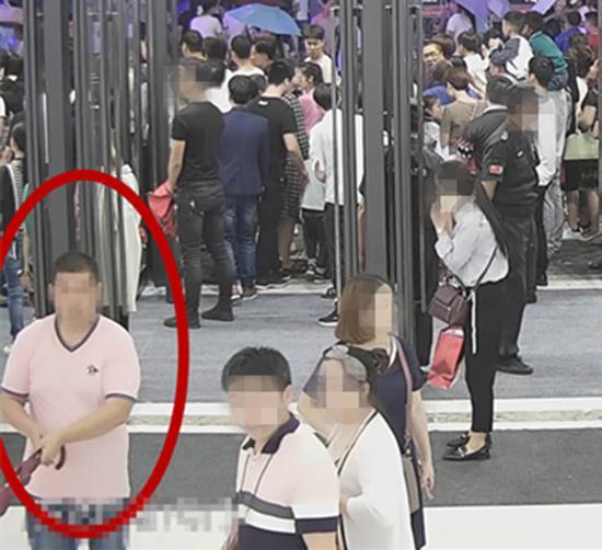 2万人中被警察确认了眼神的杨某和万某