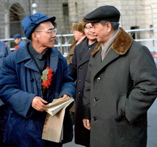 1978年3月14日,中国科学院京区直属单位张扬先辈大会期间,方毅(右)与青年数学家陈景润亲昵交谈,勉励他再接再严,不息攀登新高峰。