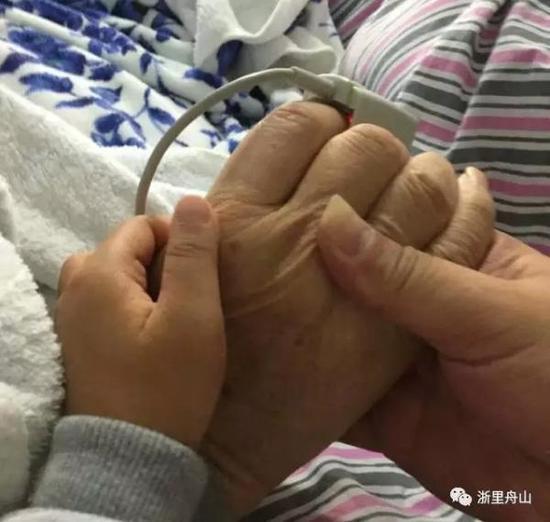 父、子、孙三代紧握双手。