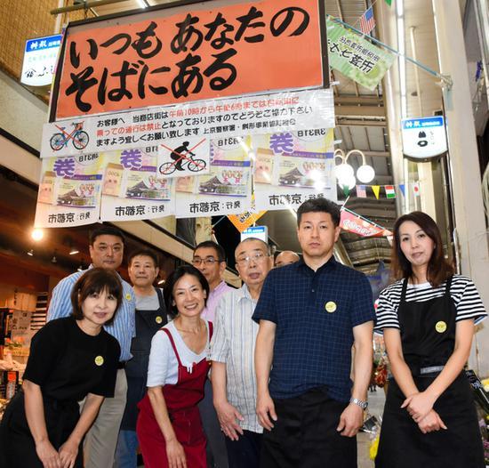 """京都市民为""""京阿尼""""声援。牌子上的文字为""""永在你身边""""(朝日新闻)"""
