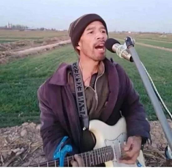 在旷野里唱歌的本亮大叔。图片来自视频截图