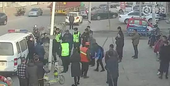 冲突现场,女子捡起了一根木棍(监控视频截图)