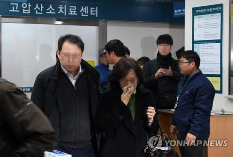 手术室外抹泪的弟子父母(韩联社)