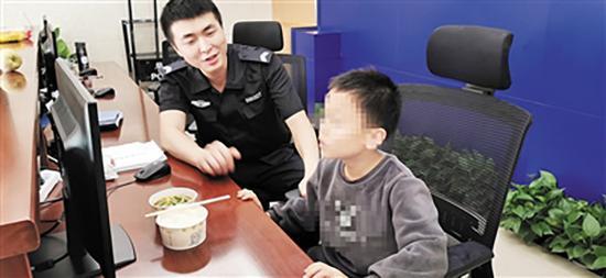 民警为小鑫买来饭菜劝其填饱肚子
