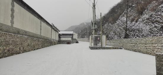 门头沟区斋堂镇柏峪村的地面已经被白雪覆盖。史磊 摄