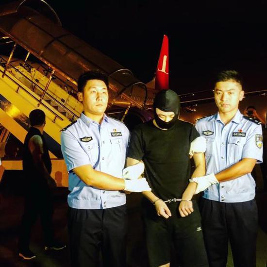 8月29日晚,上海阜兴实业集团有限公司董事长朱某某被上海警方押解回国,朱某某涉嫌操纵证券市场潜逃境外。