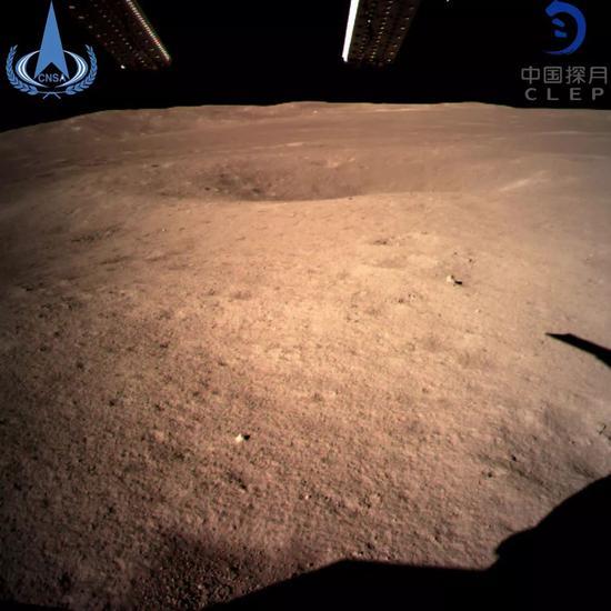 图为嫦娥四号着陆器拍摄的着陆点南侧月球背面图像,巡视器将朝此倾向驶向月球形式