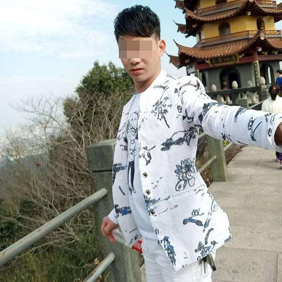 郝小勇最喜欢的一套花白色衣服,他经常穿着它拍段子,并以此作为自己的微信头像。