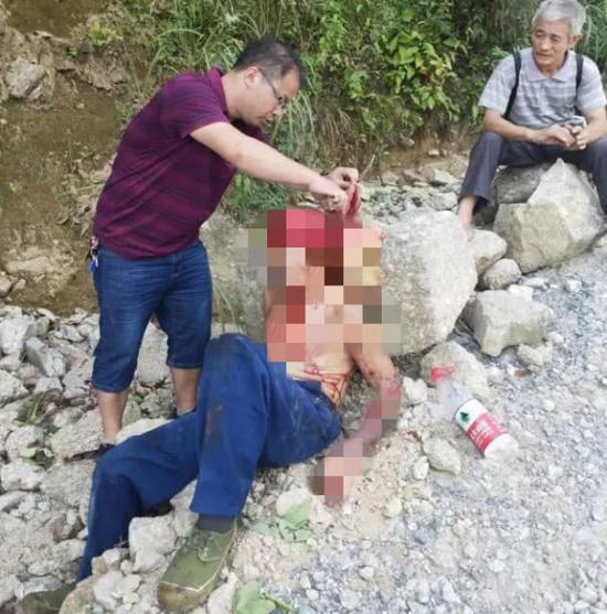 桂林客车翻下山崖致3死11伤 3名过路医生紧急救人