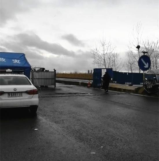 通去黄冈市的骨干道被封锁。 受访者供图
