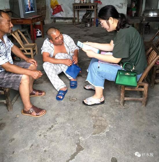 樊贞子(右)生前在上户走访