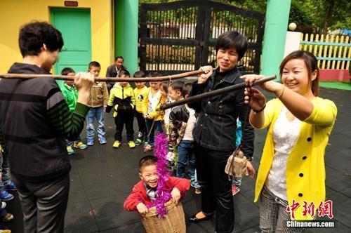 江西万载县,当地民众纷纷开展玩彩蛋、吃豌豆糯米饭、称体重等传统民俗活动,迎接夏天的到来。