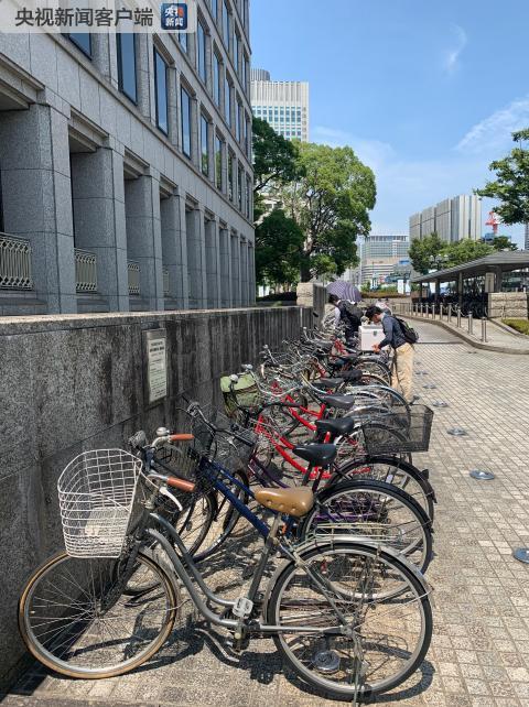 在大阪市政府门口停放着的自行车。《时政新闻眼》发现,大阪很少见共享单车,基本都是自己所有(央视记者沈忱拍摄)