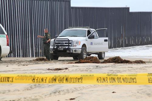 2018年4月30日,在圣迭戈美墨边境墙美国一侧,美国警察在执勤。新华社记者 黄恒 摄