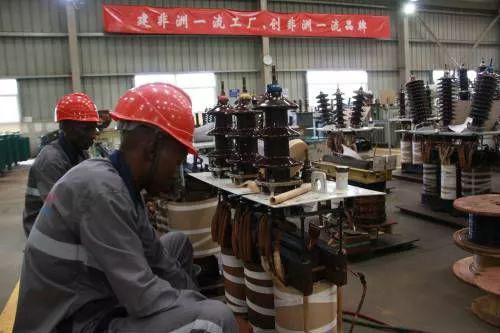 ▲11月1日,在乌干达纳曼韦工业园区,奥莱恩电力设备有限公司本地员工在工作。(新华社)