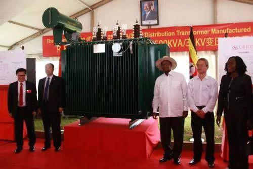 ▲11月1日,在乌干达纳曼韦工业园区,穆塞韦尼总统视察中乌电力设备合作项目。(新华社)