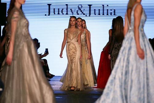 2018年11月24日,在阿联酋迪拜举行的2019春夏迪拜时装周上,模特展示中国品牌的服饰。新华社发