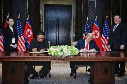 6月12日,朝鲜最高领导人金正恩(中左)与美国总统特朗普(中右)在新加坡签定说相符声明。新华社发