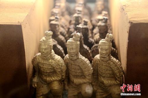 """资料图:2019年2月20日,陕西西安一家酒店大堂展销柜内摆放着的""""兵马俑巧克力""""。这种兵马俑造型的巧克力每个高约15公分,售价68元人民币。"""