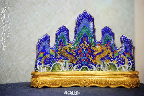 故宫博物院藏 清 乾隆 掐丝珐琅海水双龙纹笔山。来源:受访者供图