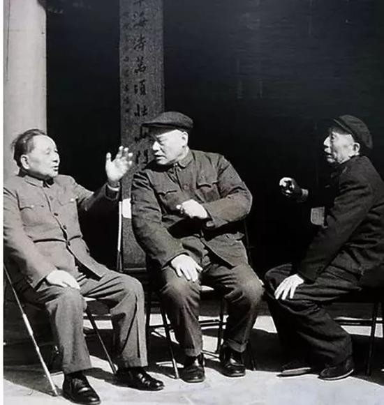 1984年2月,项南与邓小平(左)、王震(右)在厦门鼓浪屿晃岩楼前交谈。