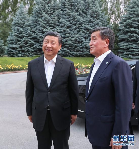 6月12日,甫抵比什凯克的国家主席习近平,应吉尔吉斯斯坦总统热恩别科夫邀请,来到总统官邸。两国元首亲切会见。 新华社记者 姚大伟 摄
