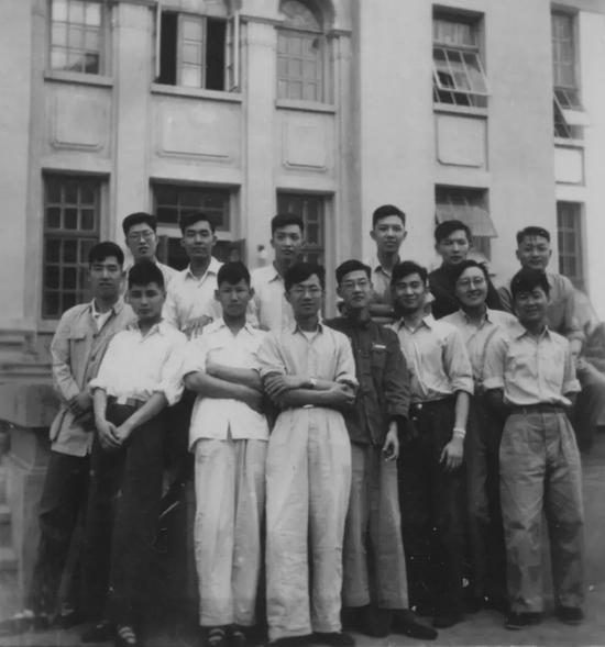 1954年,秦裕琨(前面左三)就读哈工大师资研究生期间与同学们合影。