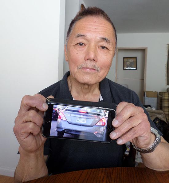 """基思·川本(Keith Kawamoto)用手机拍下了""""442-JAP""""牌照 图自宁靖洋公民报"""