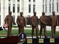 """钱学森与""""航天四老""""铜像雕塑群在北京落成"""