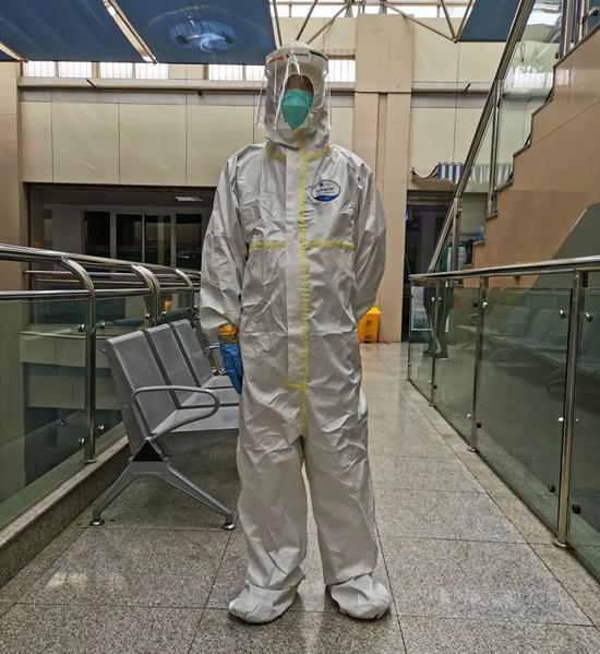 ▲4月6日,许哲站在医院走廊。新京报记者王双兴摄