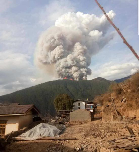 凉山火灾现场冒出大量浓烟 。来源:应急管理部