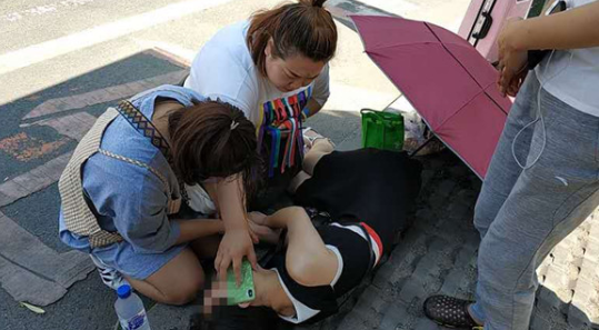 女士躺在地上90后女孩跪地救人 女孩:救人是医生的职责