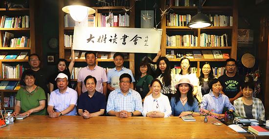 新书发布会鲁枢元(右5)与部分专家、学者合影