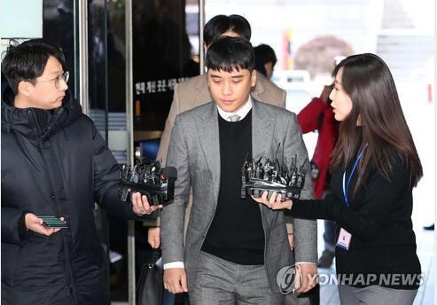 胜利(中)13日出庭接受逮捕必要性审查。图源:韩联社