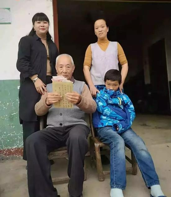 """儿子去世后老人突然多出26个""""子女"""" 每月来送钱"""