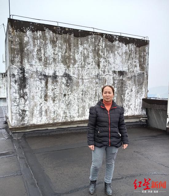 刘浒母亲许小红站在当年案发的楼顶,希望能寻觅到案子背后更多本相