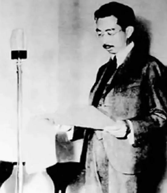 (图为1945年8月15日,日本裕仁天皇通过广播宣读《终战诏书》,宣布日本无条件投降)