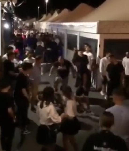 现场视频显示一男子被人用脚重击头部。视频截图