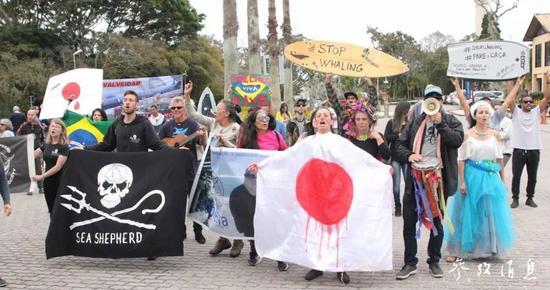 2018年9月在巴西召开的IWC大会会场外,活动人士正在抗议日本捕鲸。