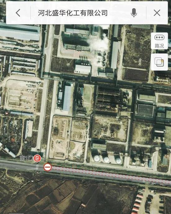 在地图上能够望出,在工厂正门东侧,自西向东有三个圆柱体氯乙烯气柜,氯乙烯正是从此泄展现来。