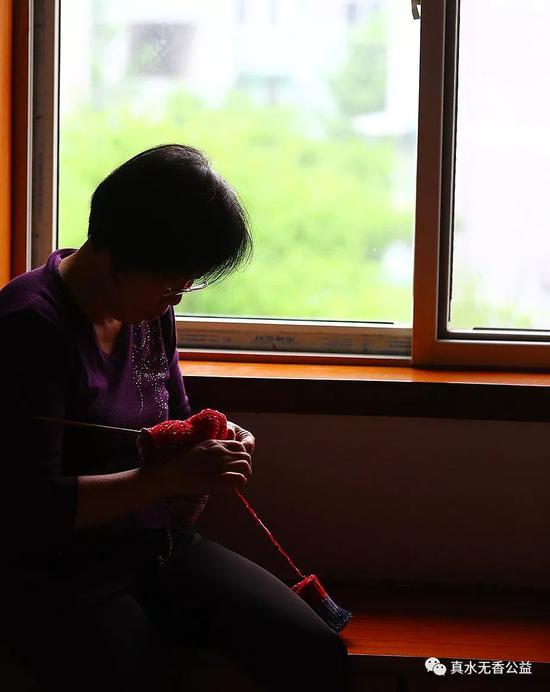 织毛衣曾是杨静谋生的方法之一