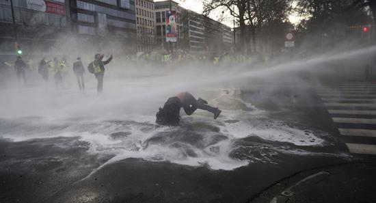 示威者被水枪驱逐(图源:美联社)