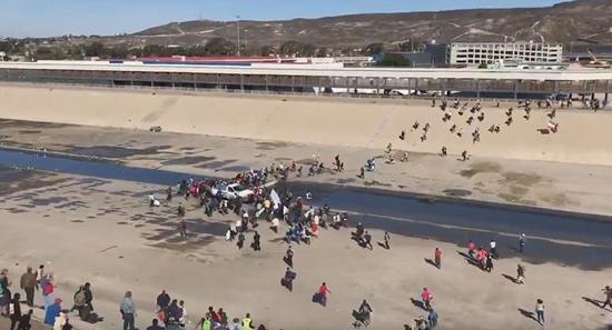 侨民试图冲过美墨边境。(俄罗斯卫星社)