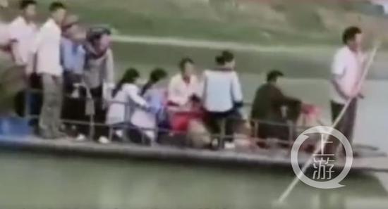事发前画面显示,船只严重超载。 图片源于网络