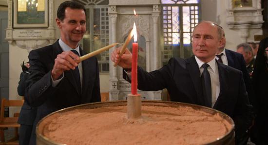 阿萨德陪同普京在东正教堂点蜡烛