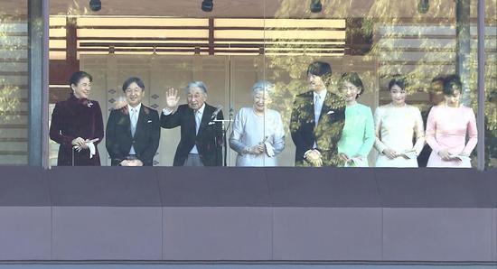 日本明仁天皇在阳台向民多挥手致意