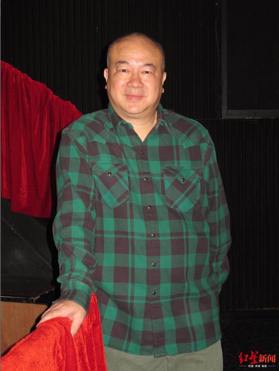 78岁李明博出庭老年粉丝欢迎 主动上前握手交谈