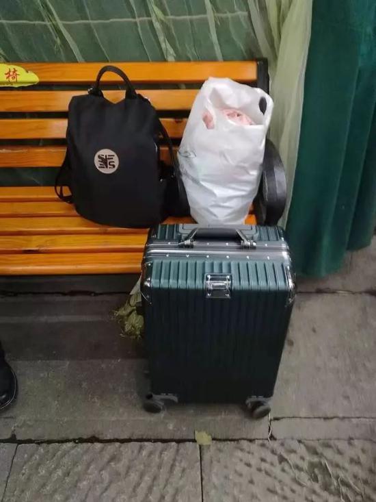 澳门威尼斯人娱乐场女游客逛西湖嫌行李重往路边一放就去玩_结果意外