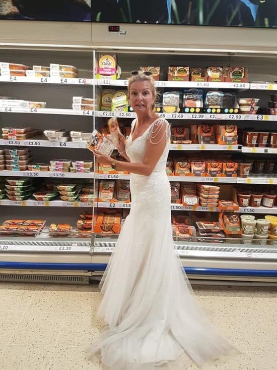 英国女子婚后继续穿着婚纱生活,包括上超市购物(脸书)