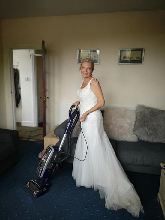 英国女子婚后继续穿着婚纱打扫、煮饭、洗衣(脸书)